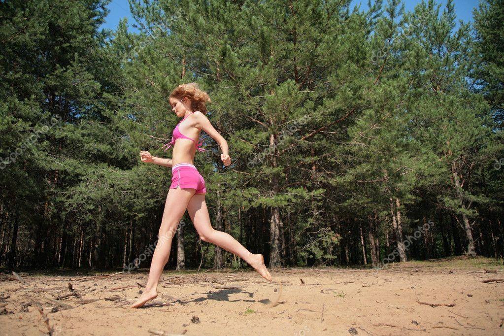 Голая бежит по лесу видео